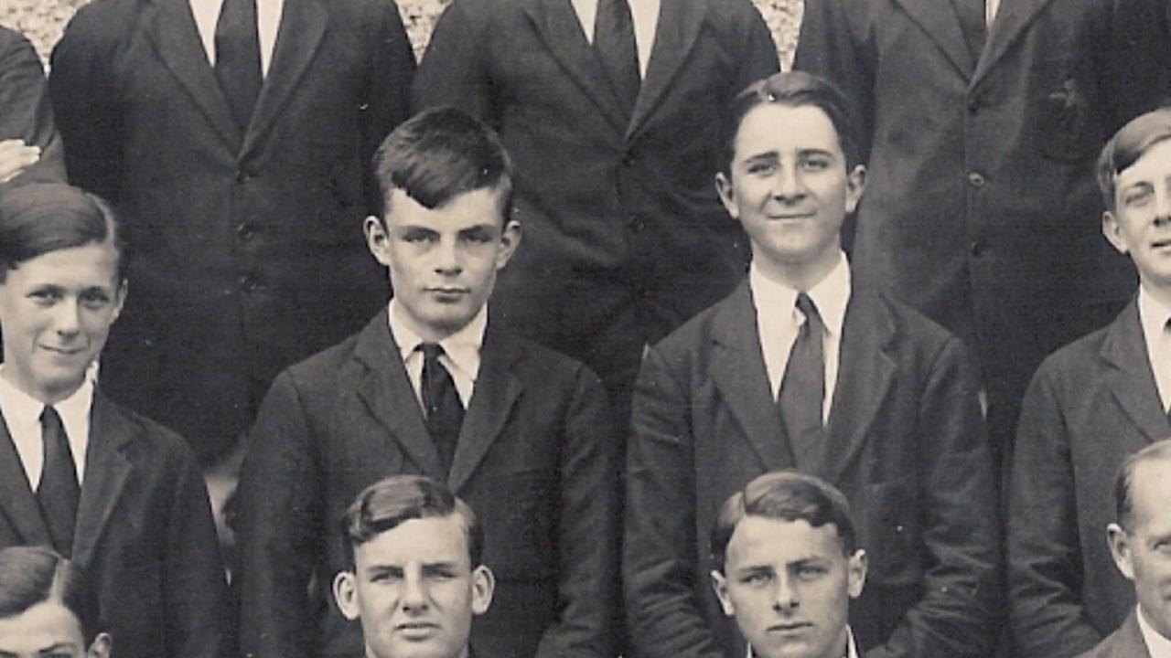 Un giovane Alan Turing nella foto di classe
