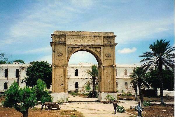 L'arco di trionfo di Mogadiscio costruito per la visita del Principe Umberto