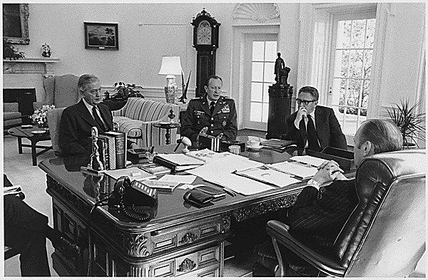Graham Martin in una foto del 1975 nella stanza ovale con Gerald Ford, Brent Scowcroft, Frederick Weyand e Henry Kissinger