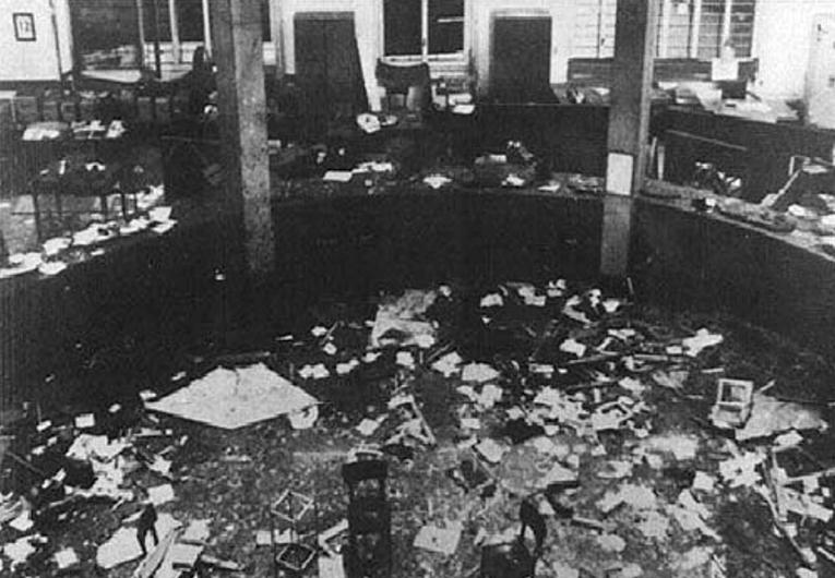 L'interno della Banca Nazionale dell'Agricoltura di Piazza Fontana a Milano dopo lo scoppio