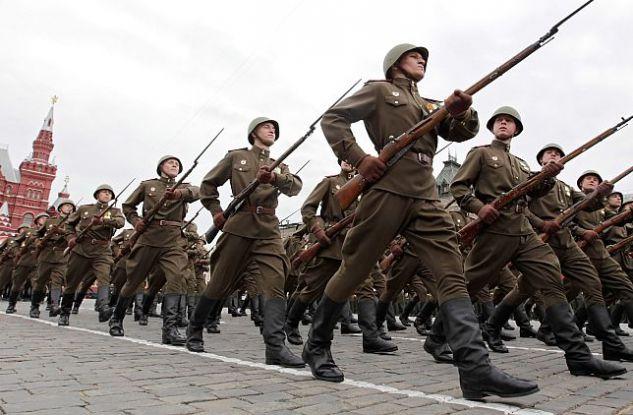 Mosca, una sfilata in uniformi della Seconda guerra mondiale