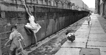 Berlin-wall-children-playing-west-