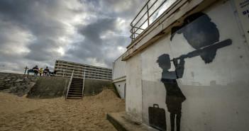 Un graffito di Bansky nella Giungla di Calais (foto da Internazionale)